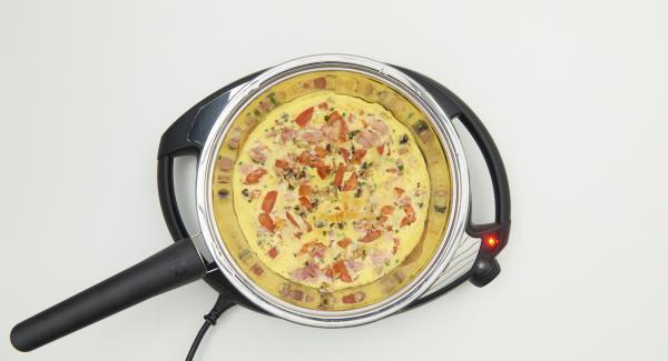 Volver a colocar la sartén en el Navigenio. Ajustar el Navigenio a temperatura máxima (nivel 6), retirar la primera tortilla y mantenerla caliente.