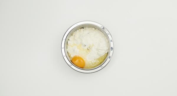 Mezclar la harina, el chocolate y el azúcar glasé en un bol. Agregar mantequilla fría en pequeños dados y mezclar bien con ambas manos. Añadir el huevo y amasar rápidamente hasta obtener una masa suave. Envolver la masa en un film transparente y enfriar durante 3 horas aproximadamente.