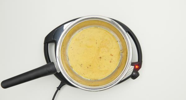 Verter el resto de la mezcla en la sartén y proceder como la vez anterior y extienda el resto del queso sobre ella.