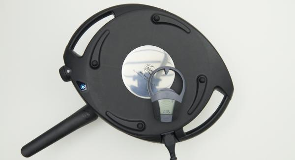 Colocar la sartén de nuevo sobre una superficie a prueba de fuego y colocar el Navigenio en modo de horno (poniéndolo invertido encima de la olla) y ajustar a temperatura baja. Cuando el Navigenio parpadee en rojo/azul, introducir 5 minutos en el Avisador (Audiotherm) y hornear.