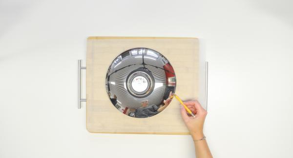 Con ayuda de una tapa de 24 cm. recortar un círculo de papel de hornear.