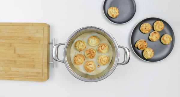 Retirar los caracoles, enfriar ligeramente y servir tibios.