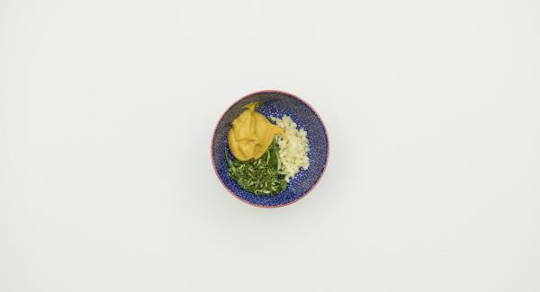 Pelar el ajo y cortarlo en dados finos. Arrancar las hojas de las hierbas y picarlas finamente. Mezclar todo con la mostaza.