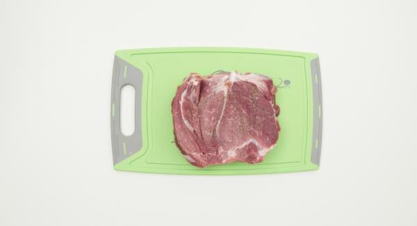 Sazonar la carne con sal y pimienta y untar con la crema de mostaza y hierbas. Enrollar firmemente y atar con hilo de cocina.