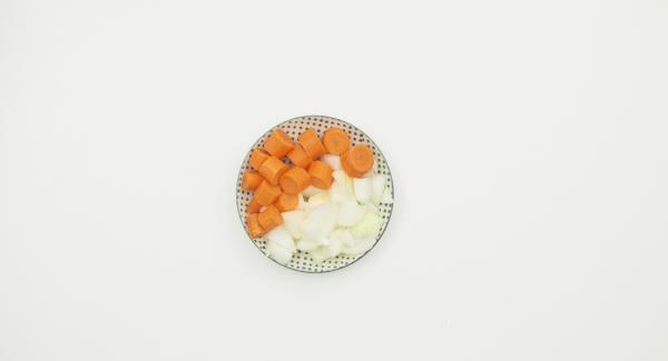 """Pelar y picar las cebollas y las zanahorias y reservar. Colocar la olla en el Navigenio a temperatura máxima (nivel 6). Encender el Avisador (Audiotherm), colocarlo en el pomo (Visiotherm) y girar hasta que se muestre el símbolo de """"chuleta"""".."""