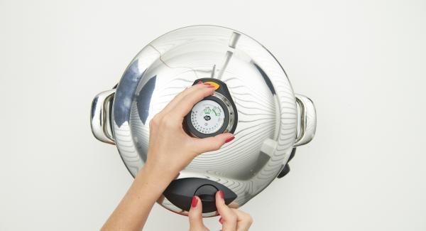 """Tapar con la Tapa Rápida (Secuquick Softline) y cerrar.   Colocar la olla en el Navigenio y seleccionar la función (A). Introducir 45 minutos de tiempo de cocción en el Avisador (Audiotherm) y girar hasta que aparezca el símbolo de """"turbo""""."""