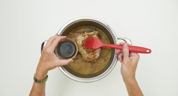 Cuando el Avisador (Audiotherm) emita un pitido al finalizar el tiempo de cocción, despresurizar la Tapa Rápida (Secuquick Softline) pulsando el botón amarillo y retirar. Mezclar la miel y la salsa de soja con 2 cucharadas de caldo del asado y cubrir la carne con ella.