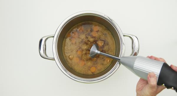 Retirar la carne, cortarla en rodajas y mantenerla caliente. Triturar la salsa y sazonar al gusto.