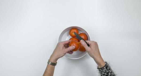 Escaldar los tomates en agua hirviendo, pelarlos y cortarlos en dados finos. Picar las hojas de tomero y tomillo finamente.