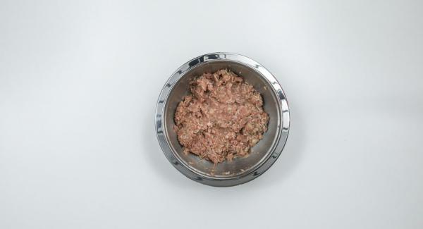 Exprimir el pan tostado, cortarlo en trozos y añadirlo a la carne picada junto con la mitad de la mezcla de cebolla y ajo. Amasar con huevo y arroz, sazonar con sal, pimienta, pimentón en polvo, romero y tomillo.