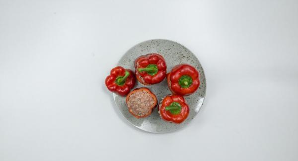 Rellenar los pimientos con la masa de carne picada y poner la tapa.