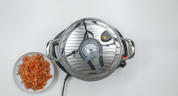 """Poner las cebollas y el ajo restantes en una olla.Tapar con la Tapa Súper-Vapor (EasyQuick) con el aro de sellado de 24 cm. y colocar la olla en el Navigenio a temperatura máxima (nivel 6). Encender el Avisador (Audiotherm), colocarlo en el pomo (Visiotherm) y girar hasta que se muestre el símbolo de """"chuleta""""."""