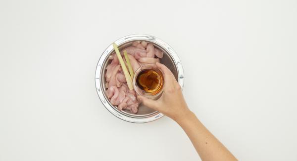 Cortar la pechuga de pollo en tiras. Pelar el ajo, quitar las semillas de la guindilla y cortarla fina. Mezclar los dados de pollo con aceite de sésamo, prensar la hierba de limón y marinar en la nevera cubierta con guindilla y ajo durante unas 2 horas.