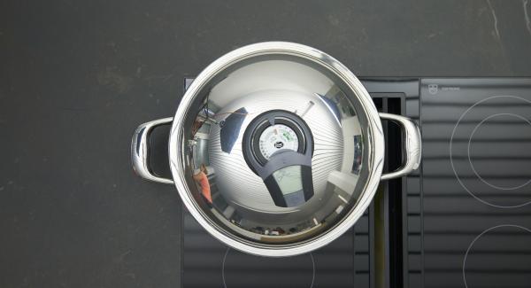 """Cuando el Avisador (Audiotherm) emita un pitido al llegar a la ventana de """"chuleta"""", bajar la temperatura, y freir la pechuga de pollo marinada y las gambas."""