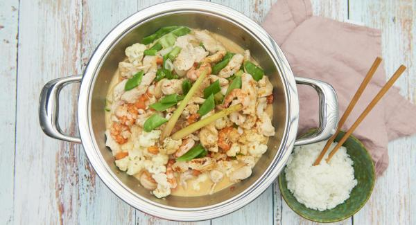Sazonar el curry al gusto con las especias.