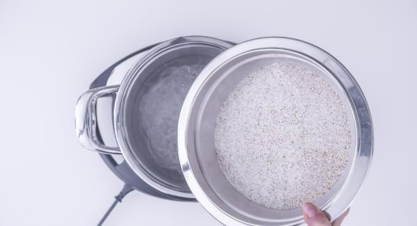 Verter el agua en la olla, colocar la olla en el Navigenio a temperatura máxima (nivel 6) y llevarla a ebullición. Salar, verter la harina y diluirla con un batidor para que no se formen grumos.