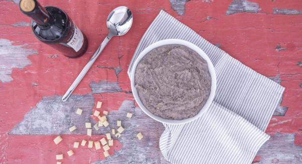 Una vez despresurizada, destapar y agregar los cubos de queso a la polenta, mezclar y servir.