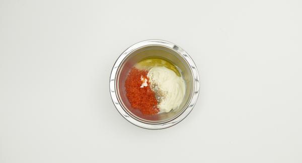 Mezclar la nata líquida, el zumo de limón y el aceite. Sazonar al gusto, añadir cuidadosamente el caviar y dejar reposar.