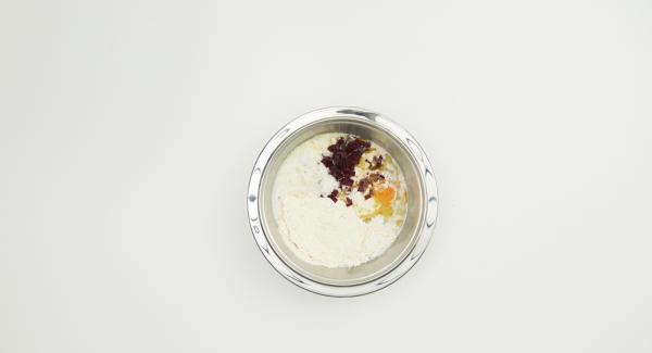 Cortar la remolacha en dados muy finos, mezclar con la harina, el huevo, la mantequilla y la cerveza. Dejar reposar unos 30 minutos.
