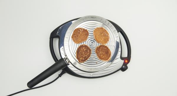 Tan pronto se suelten de la oPan, girar y freír el otro lado. Procesar el resto de la masa hasta un total de doce tortitas.