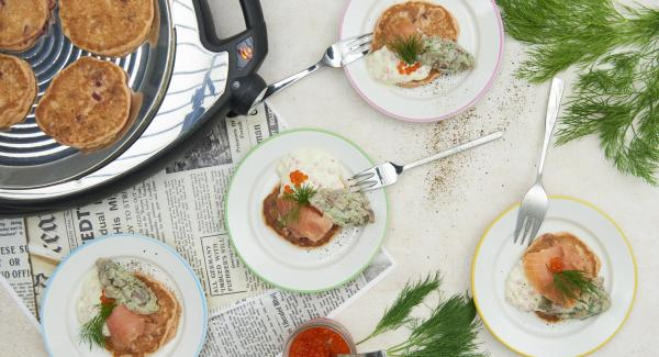 Disponer la tortita con cada una de las mezclas, y salmón ahumado y el resto de las ramitas de eneldo.