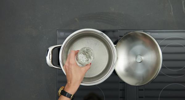 Verter agua (unos 200 ml) en una olla. Colocar las judias en la Softiera e introducirla en la olla.