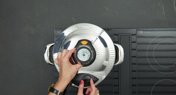 """Tapar con la Tapa Rápida (Secuquick Softline). Colocar la olla en el fuego a temperatura máxima. Encender el Avisador (Audiotherm) e introducir 3 minutos de tiempo de cocción. Colocarlo en el pomo (Visiotherm) y girar hasta que aparezca el símbolo de """"soft""""."""