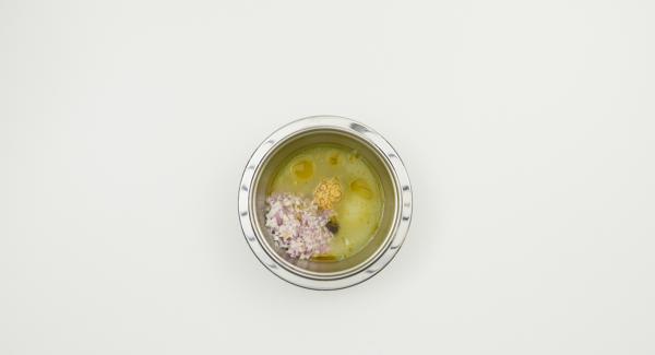 Para el aderezo, picar finamente la chalota y el ajo en el Quik Cut. Exprimir las limas y mezclar con mostaza, aceite de oliva, azúcar, chalota y ajo. Sazonar al gusto con sal y pimienta.