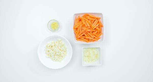 Pelar el apio, el jengibre, las zanahorias y la cebolla. Picar el apio y el jengibre en dados finos. Cortar las zanahorias en palitos finos y la cebolla en rodajas finas.
