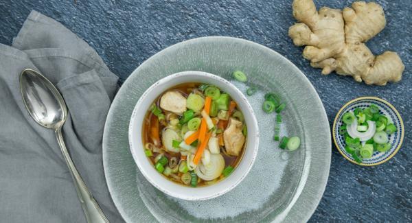Añadir las cebolletas y sazonar con sal y pimienta.