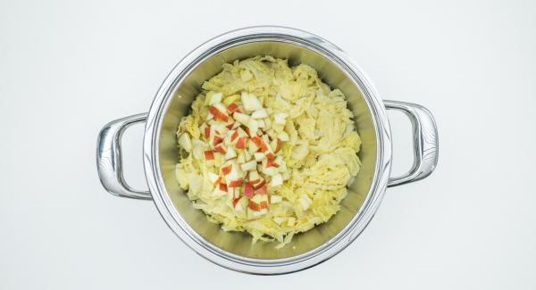 Añadir a la col los dados de manzana con nata y mostaza y llevarlos a ebullición. Sazonar las verduras con sal, pimienta y nuez moscada.