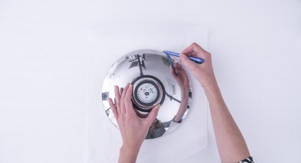 Con ayuda de una tapa de 24 cm, recortar un disco de papel de hornear y colocarlo en en interior de la olla de 24 cm.