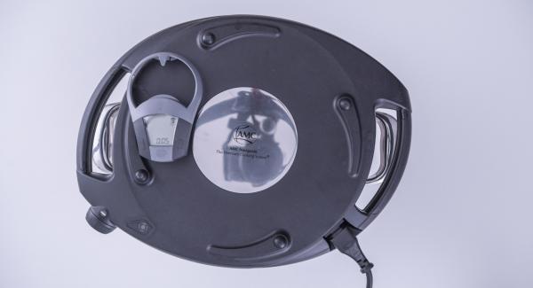 Introducir las bolita dentro de la olla. Colocar el Navigenio en modo de horno (poniéndolo invertido encima de la olla) y ajustar a temperatura baja. Cuando el Navigenio parpadee en rojo/azul, introducir 5 minutos en el Avisador (Audiotherm) y gratinar hasta que estén doradas.