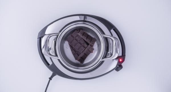Mientras tanto, derretir el chocolate negro en una olla pequeña.