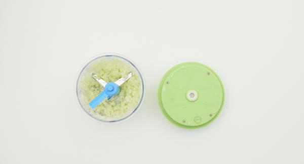 Pelar la cebolla y picarla finamente junto con el resto de la manzana en el Quick Cut.