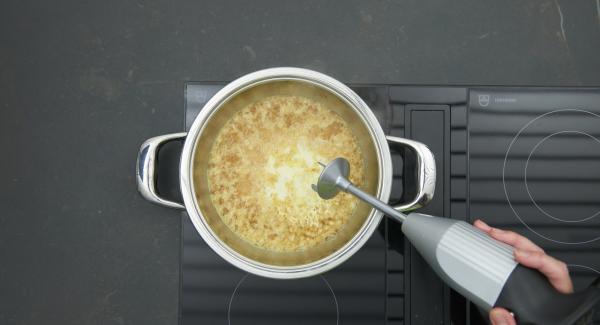 Añadir la nata líquida a la salsa, hacer un puré fino y sazonar al gusto con sal y pimienta.