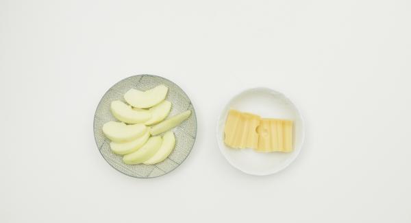 Pelar la manzana quitando también el corazón. Cortarla en cuartos. Reservar 2 de ellos.Hacer láminas de los otros dos cuatros. Cortar también el queso en ocho láminas no muy gruesas.