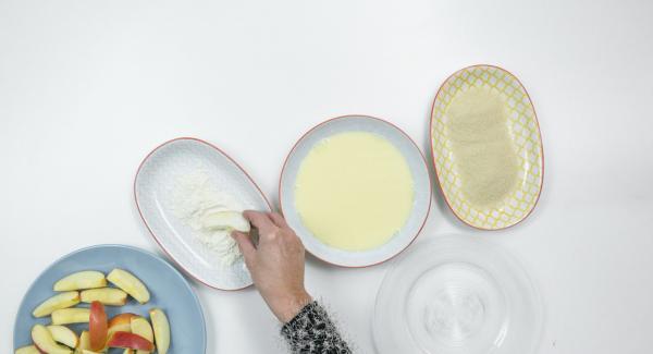 Rebozar la manzana en harina, huevo y cereales triturados.