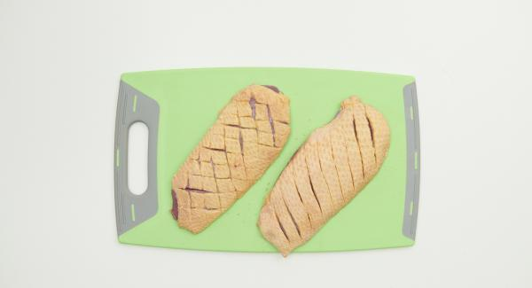 Cortar ligeramente la piel de las pechugas de pato transversalmente con un cuchillo afilado.