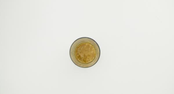 Mezclar la mermelada de naranja con aceite de oliva y sazonar con sal y pimienta.