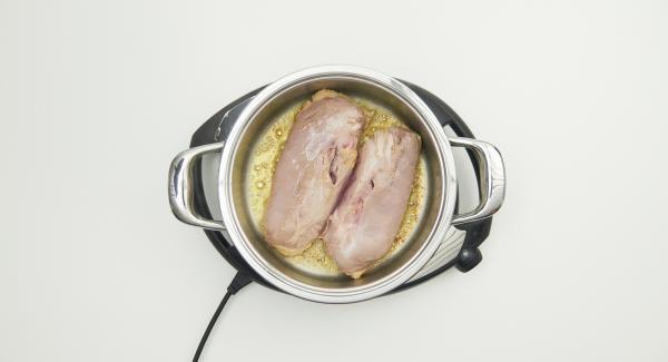 Retirar las pechugas de pato y eliminar el exceso de grasa de la olla.