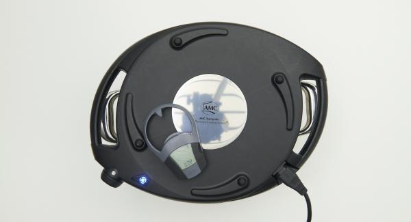 Situar la olla en su tapa invertida. Colocar el Navigenio en modo de horno (poniéndolo invertido encima de la olla) y ajustar a temperatura alta. Cuando el Navigenio parpadee en rojo/azul, introducir 2 minutos en el Avisador (Audiotherm) y gratinar hasta que la piel esté crujiente.