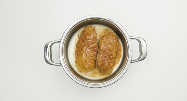 Mezclar el asado con el resto de la mermelada y sazonar a gusto. Dependiendo del grosor y del grado de cocción deseado, dejar reposar las pechugas en la salsa picante durante unos minutos (sin tapa).