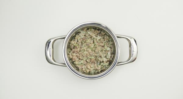 Cortar los arenques en dados finos y mezclarlos con las cebollas. Mezclar la mitad del eneldo picado con el aceite y añadir junto con la nata líquida. Sazonar al gusto con pimienta y enfriar.