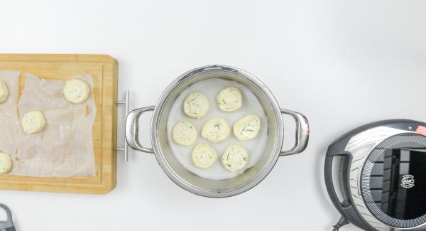 Introducir el papel de hornear en la olla y colocar los caracoles encima.
