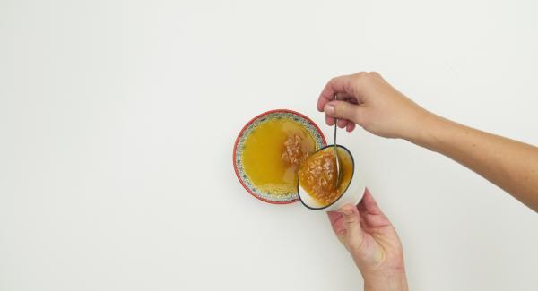 Mezclar el zumo (aprox. 100 ml) con la mermelada de naranja hasta que esté homogénea.