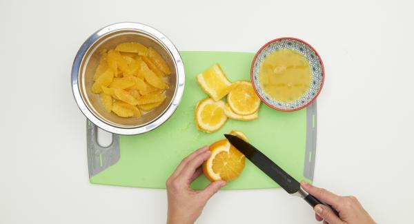 Pelar las naranjas, quitando toda la piel blanca, reservando los gajos completamente limpios. Recoger el zumo resultante.
