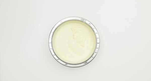 Batir el azúcar con la yema de huevo hasta que esté amarillo claro y espumoso. Incorporar cuidadosamente el mascarpone, la nata montada y la clara de huevo batida.