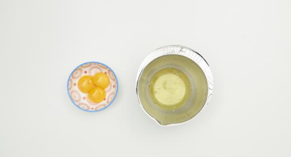 Separar los huevos de las claras, batir la claras de huevo a punto de nieve con sal hasta que esté dura. Batir la nata hasta que esté montada.