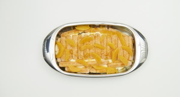 Colocar la mitad de los gajos de naranja sobre los bizcochos y untarlos con la mitad de la crema. Añadir otra capa de bizcochos y remojar con el resto de la salsa de naranja por encima. Después de un corto tiempo de remojo, añadir el resto de los gajos de naranja y finalmente el resto de la nata.